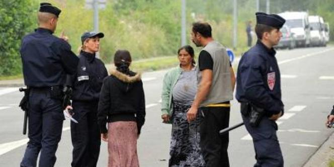 Des familles roms évacuées de leur campement à Villeneuve-d'Ascq (Nord), jeudi 9 août.