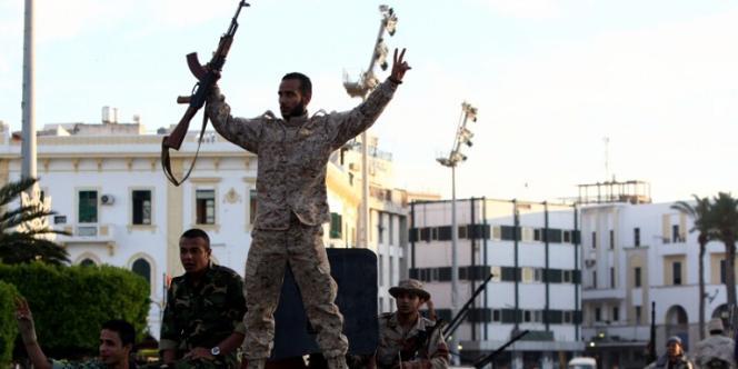 D'anciens rebelles qui ont combattu le régime de Mouammar Kadhafi et qui ont rejoint les rangs de l'armée nationale défilent à Tripoli, en mai.