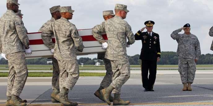 La dépouille d'un militaire de l'OTAN mort pendant une opération en Afghanistan arrive à la base aérienne de Dover, le 10 août.