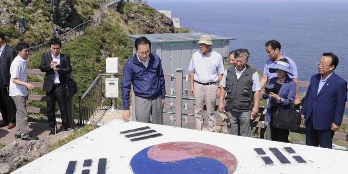 Le président sud-coréen, Lee Myung-Bak, durant sa visite des rochers Liancourt, le 10 août 2012.