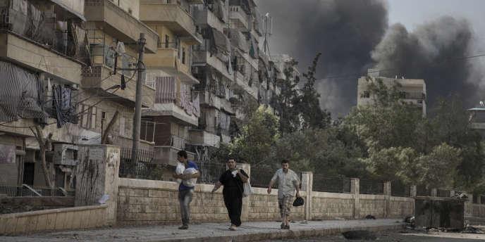 Des habitants fuient les bombardements dans le quartier de Salaheddine, à Alep, le 6 août.