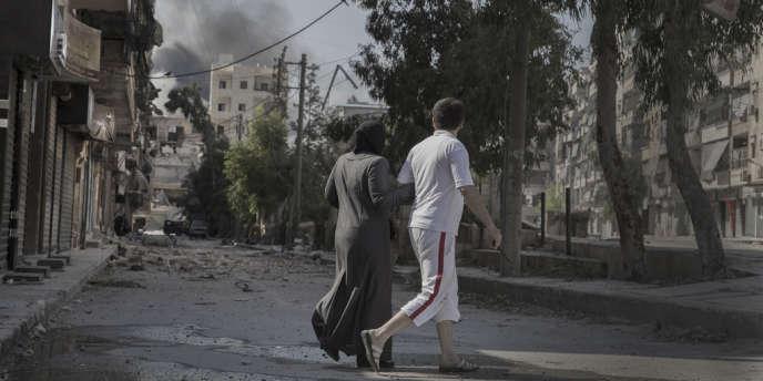 Des Alépins découvrent les dégâts provoqués par les combats dans le quartier de Salaheddine, le 7 août.