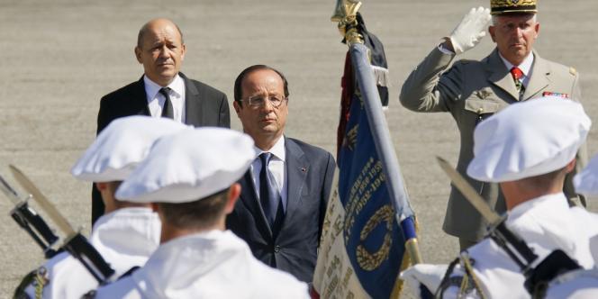 François Hollande et le ministre de la défense Jean-Yves Le Drian, lors de la cérémonie d'hommage au soldat Franck Bouzet, mort en Afghanistan, samedi 11 août à Varces, en Isère.