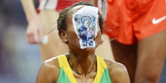 La championne olympique du 5 000 m Meseret Defar a célébré sa victoire en embrassant une image pieuse. Londres, le 10 août.
