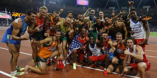 Ils l'ont fait. Le champion olympique du décathlon Ashton Eaton et les autres concurrents savourent leur instant. Londres, 9 août.