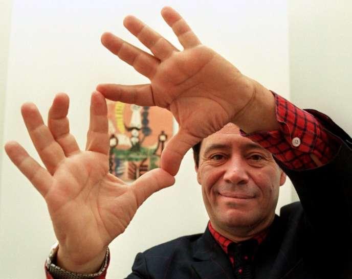 Claude Picasso, fils du célèbre peintre, encadre de ses mains l'oeuvre de son père intitulée