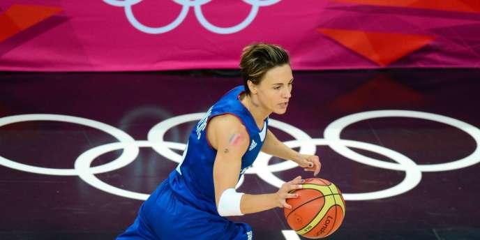 Céline Dumerc, capitaine de l'équipe féminine de basket, a emmené ses coéquipières jusqu'à la deuxième marche du podium à Londres, le 11 août.