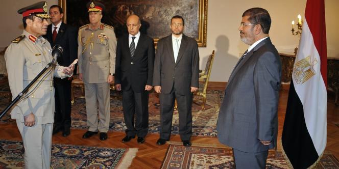 Le président égyptien élu, Mohamed Morsi, lors de la nomination du nouveau ministre de la défense, le général et chef des renseignements militaires, Abdel Fattah al-Sissi, au Caire, dimanche 12 août.