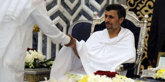 Le président iranien Mahmoud Ahmadinejad, à son arrivée à Djeddah (Arabie saoudite), le 13 août, pour le sommet extraordinaire de l'OCI.