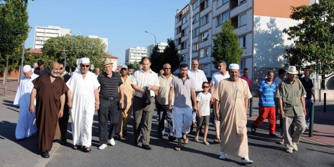 Marche dans le quartier de Bagatelle à Toulouse, mardi 14 août.