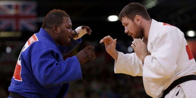 Cedric Mandembo, ici face au Russe Alexander Mikhaylin lors de la compétition de judo, fait partie des quatre athlètes congolais à avoir fait défection pendant les Jeux. Londres, le 3 août.