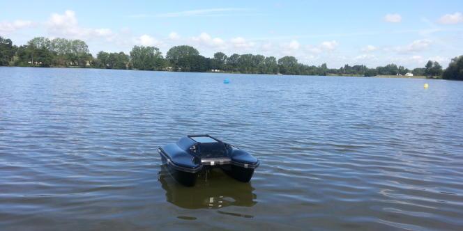 Le drone de la société française V Drone, testé en août à Rennes, dans l'étang d'Apigné, très fréquenté par les baigneurs.