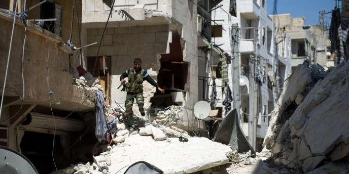 Un rebelle syrien dans les rues d'Alep, le 13 août 2012.