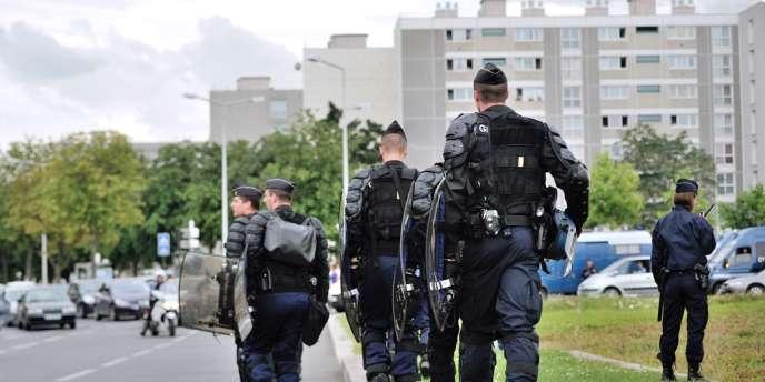 Des gendarmes patrouillent dans le quartier d'Amiens-Nord, le 14 août, lendemain des affrontements entre des jeunes et des policiers.