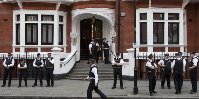 Devant l'ambassade équatorienne à Londres, jeudi 16 août.