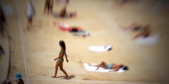 Bain de soleil sur la plage artificielle d'une piscine à Lyon.