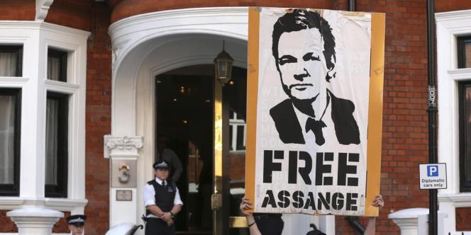 Devant l'ambassade d'Equateur à Londres, le 17 août 2012.