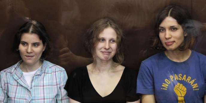 Pussy Riot : Maria Alekhina (au centre) et Nadejda Tolokonnikova (à droite) ont été libérées lundi 23 décembre.