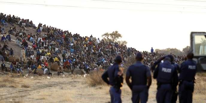 Les policiers sud-africains encadrent la grève des travailleurs de la mine de platine de Marikana dans le nord-ouest de Johannesburg, le 15 août.