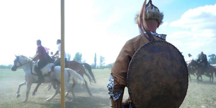 Des cavaliers traditionnels, le 10 août, au Kurultaj, le
