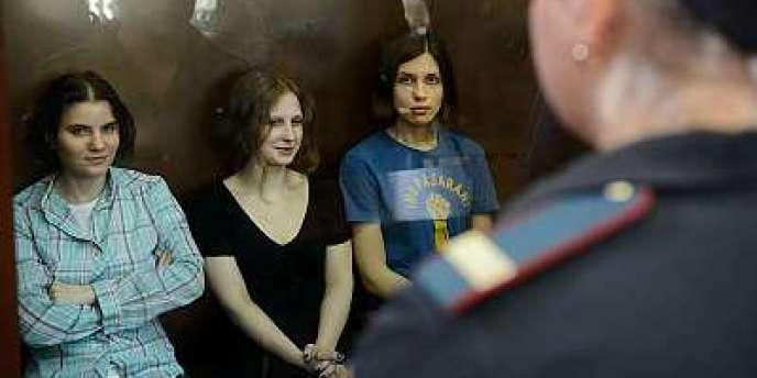 Les trois chanteuses du groupe punk russe Pussy Riot, lors de leur procès, le 17 août, à Moscou.