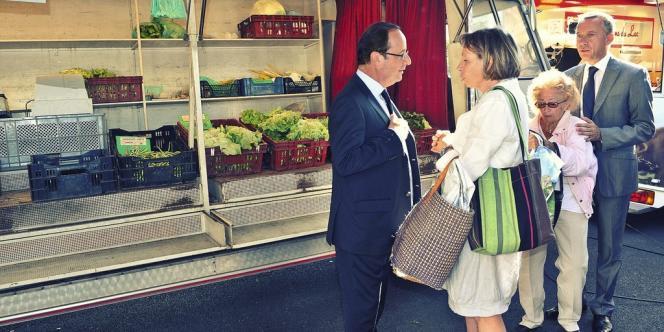François Hollande, en juillet, s'affiche sur le marché de Tulle, en Corrèze, son ancien fief électoral.