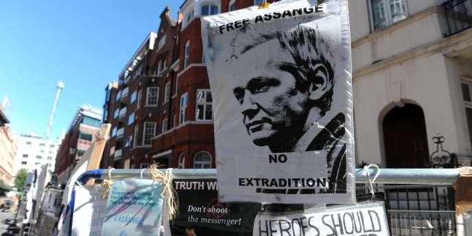 Des messages laissés par des militants pro-Assange devant l'ambassade de l'Equateur à Londres.