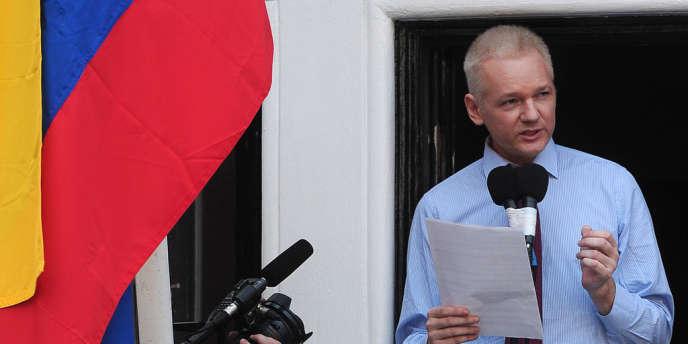 Julian Assange s'exprime au balcon de l'ambassade équatorienne, le 19 août.