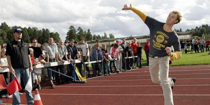 Un lanceur de portable en pleine action. Savonlinna, le 27 août 2005.