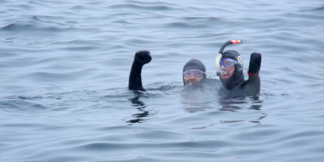 Philippe Croizon (à droite) célèbre sa réussite le 18 août, dans les eaux russes près de la Grande Diomède.