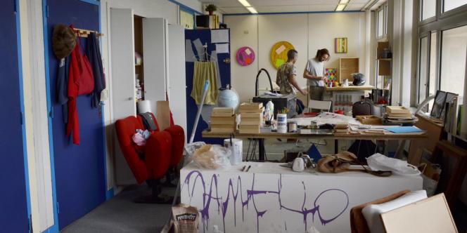 Artiste plasticien, Edgar Guilmoto (à droite) partage son atelier de 36m² avec un ami depuis sa sortie des Beaux-Arts de Paris.