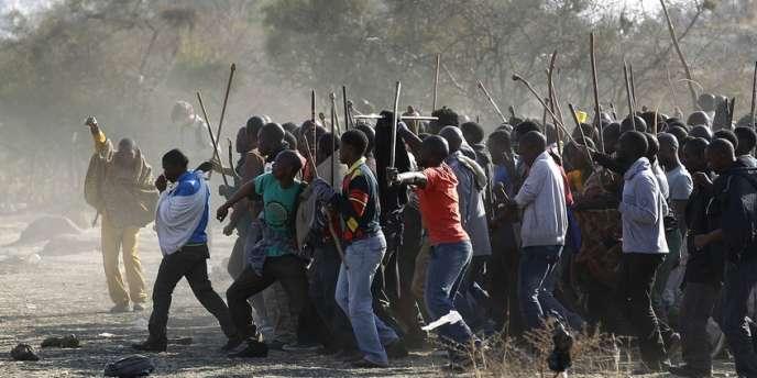 Des mineurs grévistes devant la mine de Marikana, samedi 18 août.