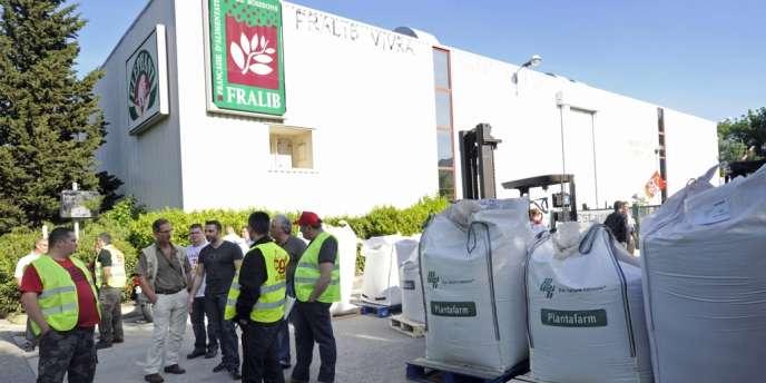 Des employés de Fralib occupant l'usine de production de thé Elephant en mai 2012.