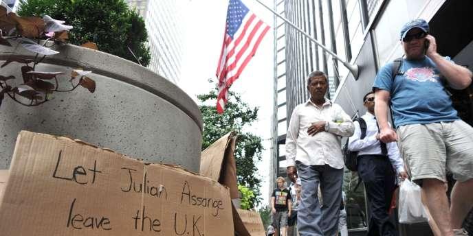 Un signe en soutien à Julian Assange devant le consulat britannique de New York.