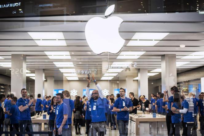 Le groupe informatique américain Apple a battu, lundi 20 août, le record de la plus grande capitalisation boursière de tous les temps aux Etats-Unis en valeur absolue.