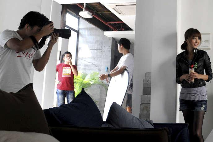 Une des 35 000 web-mannequins de Taobao lors d'une séance photo.
