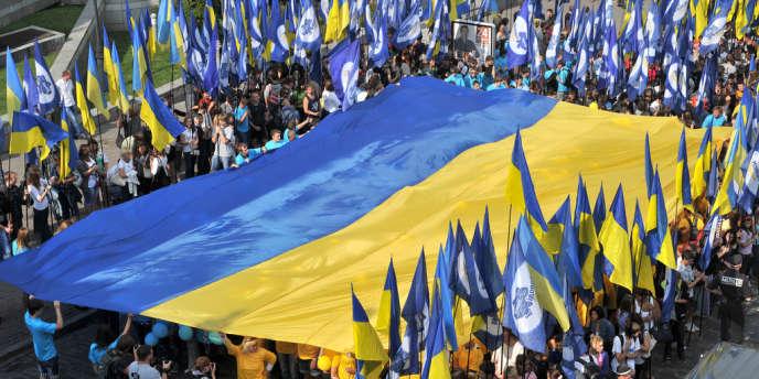 Un gigantesque drapeau national, bleu et jaune, mesurant 60 mètres de long et 40 mètres de large, a été déployé.