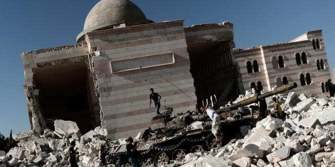 La crise entre le 15 septembre dans son 18e mois sans aucune perspective de règlement, le régime restant déterminé à écraser la rébellion et celle-ci réclamant le départ du président Bachar Al-Assad.