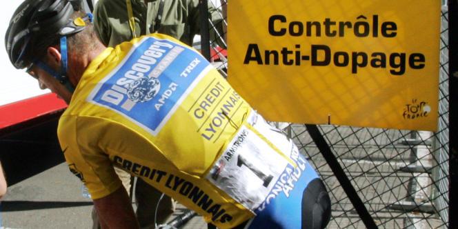 Armstrong lors d'un contrôle anti-dopage pendant le Tour de France 2005, qu'il a remporté.