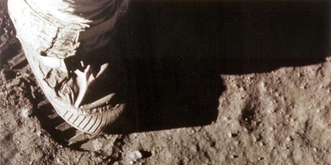 Le pied droit de Neil Armstrong sur le sol lunaire, le 21 juillet 1969.
