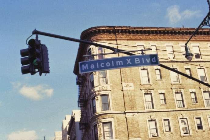 Le boulevard Malcolm X a été nommé ainsi, en 1987, pour honorer la mémoire du leader nationaliste noir assassiné en 1965. Aucun Harlémite n'appelle cette artère qui structure l'est du quartier autrement que par son ancien nom, Lenox Avenue.