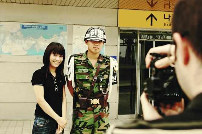 Les touristes sont autorisés à poser à côté des soldats, mais n'ont pas le droit de les toucher.
