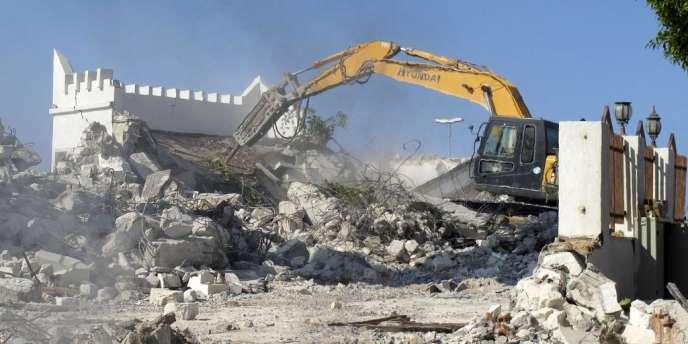 Des salafistes libyens ont détruit avec un bulldozer un mausolée soufi à Tripoli le 25 août 2012.