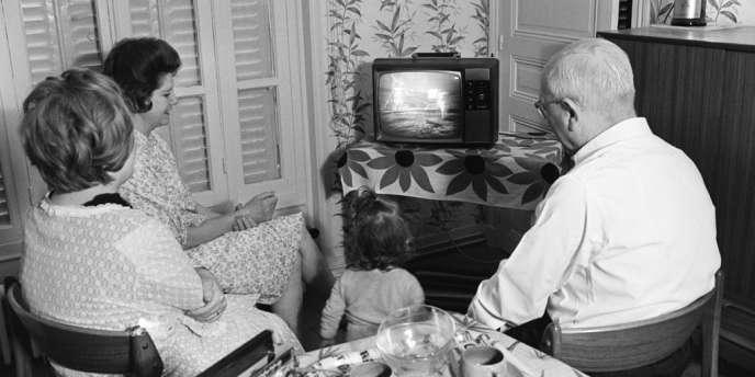 Une famille parisienne suit l'alunissage de la mission Apollo 11, le 21 juillet 1969.