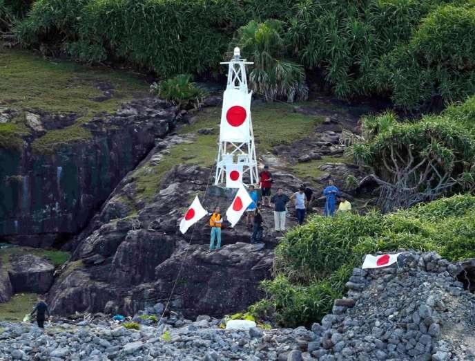 Des militants nationalistes japonais exhibent des drapeaux nippons sur une des îles de l'archipel des Senkaku, le 19 août.