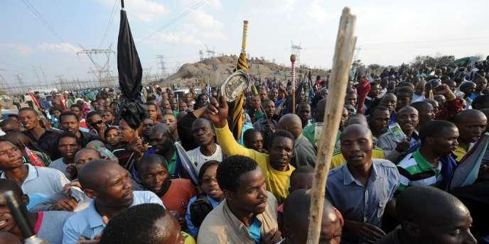La grève à Marikana, un site d'extraction du platine, a démarré le 10 août, à l'initiative de 3 000 foreurs, en rupture avec le syndicat majoritaire dans les mines sud-africaines NUM et réclamant un quasi-triplement de leurs salaires.