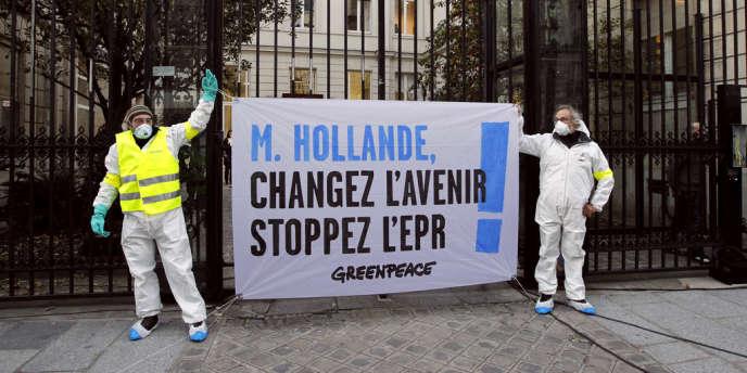 Des militants de Greenpeace devant le siège du Parti socialiste.