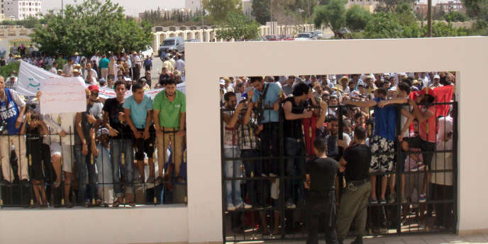 Lors d'une grève générale dans la ville de Sidi Bouzid, des habitants protestent devant le gouvernorat, le 14 août.
