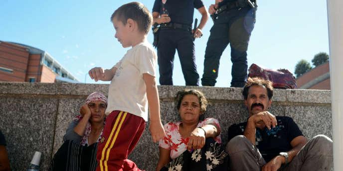 Familles de Roms devant la mairie d'Evry.
