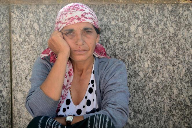 Mère de famille roms devant la mairie d'Evry, septembre 2012.